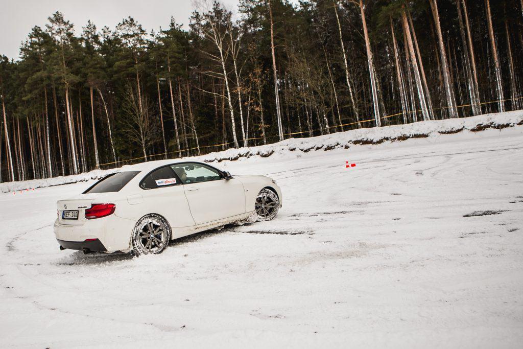 BMW M240 automobilis žiemos vairavimo treniruotėje Nemuno žiedo trasoje