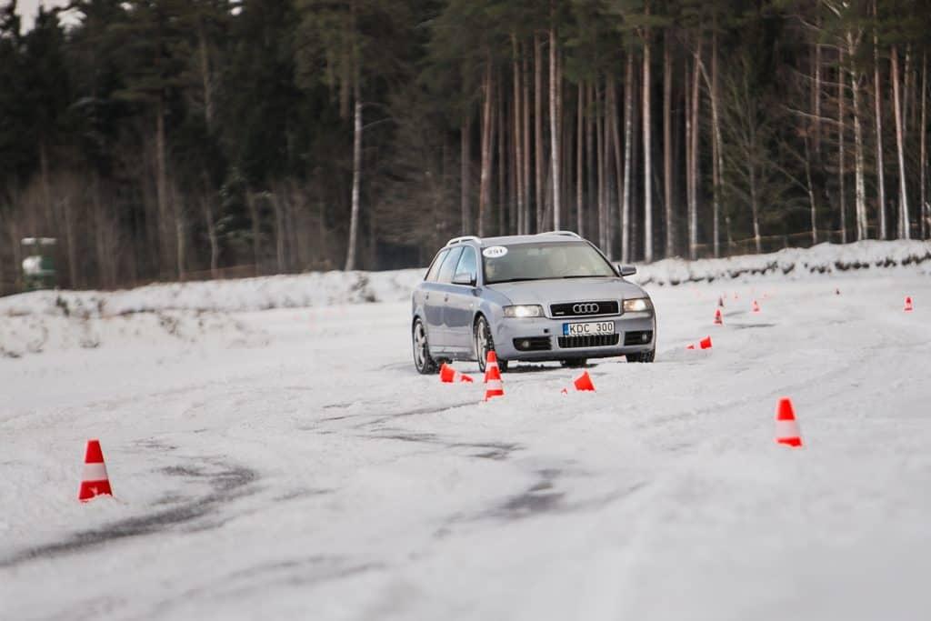 Audi automobilis žiemos vairavimo treniruotėje